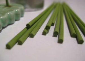 Weihrauch Räucherstäbchen, oft auch nur als Sticks, Stäbchen oder Räucherwerk bekannt, werden auch unter der Bezeichnung incense oder holy smoke angeboten.